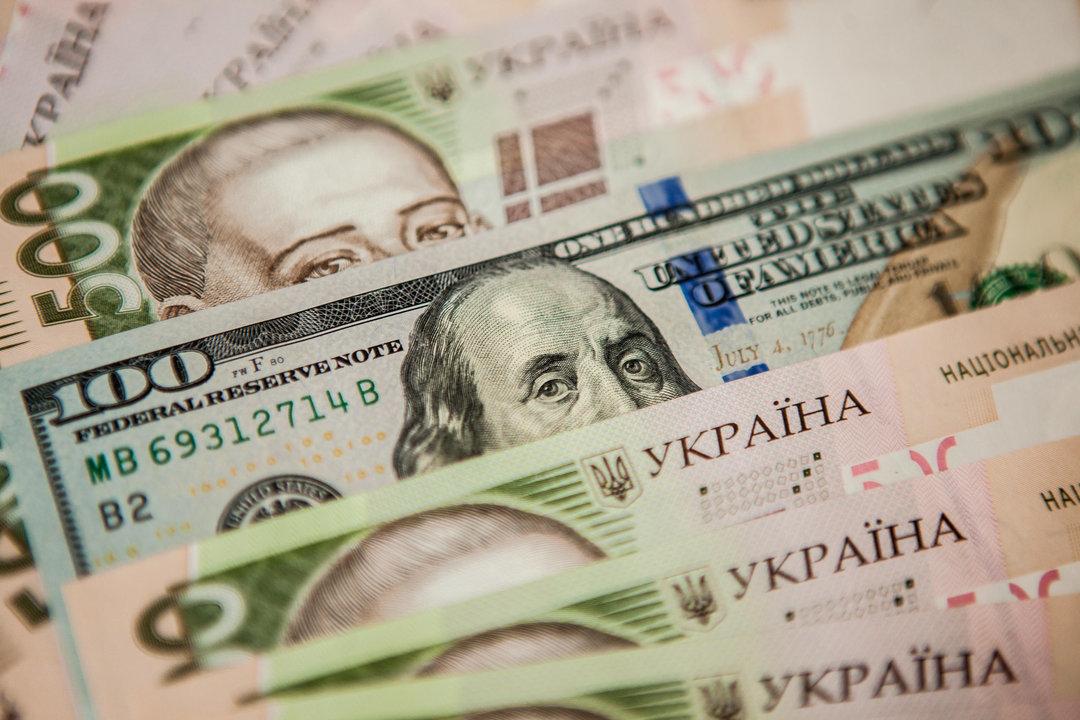 Курс гривни приближается к 28 грн за доллар