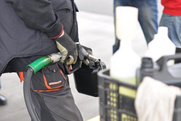 Кабмин добился фиксации цен на бензин